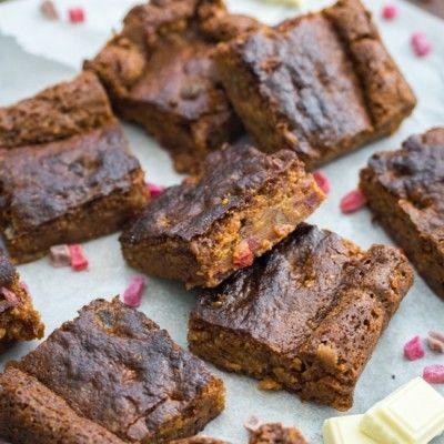 Brownie au chocolat blanc et aux fruits rouges confits
