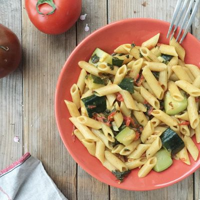 One pan pasta courgette, tomate et basilic