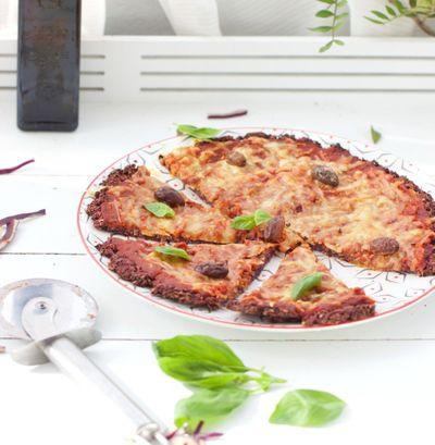 Pizza sur une pâte au chou rouge (vegan et sans gluten)