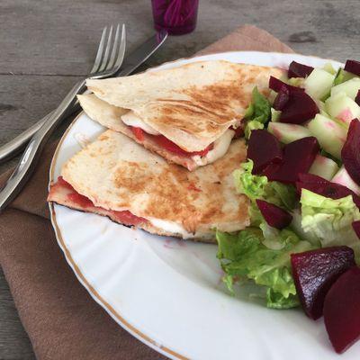Salade à la betterave et wrap chaud tomate mozzarelle