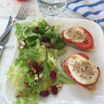 Salade de noix et tartine tomate & mozzarelle