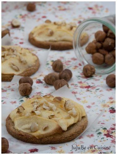 Tartelettes aux pommes sur pâte sablée à la farine de châtaigne et aux éclats de noisettes