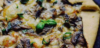 Tarte rustique aux champignons, oignons et morbier