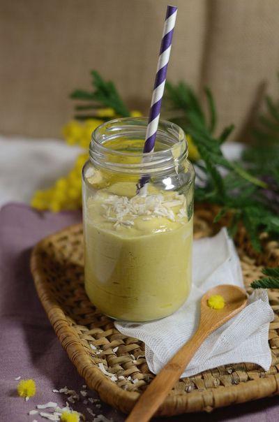 Smoothie mangue, banane et lait de coco