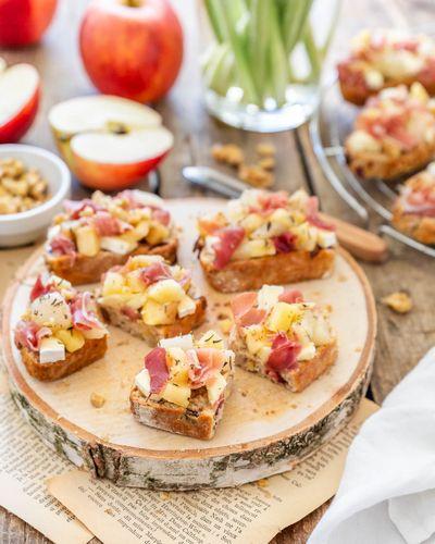Tartines pommes, poires, brie et jambon cru Aoste