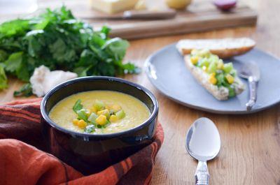 Soupe au maïs et tartines gourmandes au kiwi