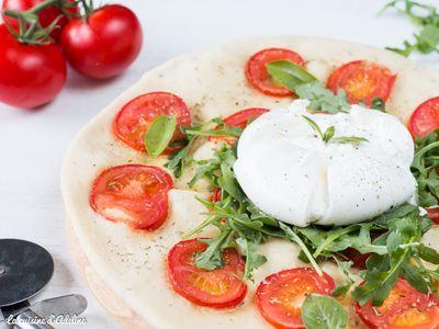 Pizza blanche à la burrata, tomates et roquette