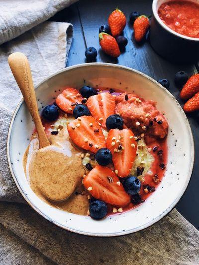 Porride de quinoa à la noix de coco et compote rhubarbe-framboises