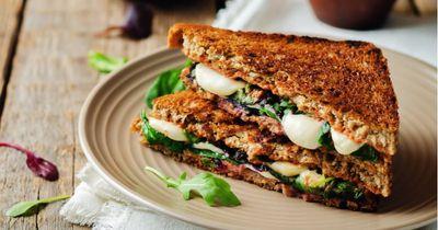 Club sandwich au bœuf avec sa sauce au camembert coulant