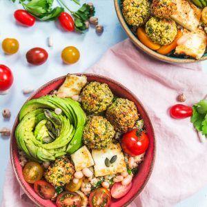 Bol de quinoa, falafels, avocat et haricots blancs
