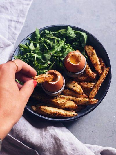 Oeufs coques et frites mouillettes