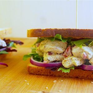 Sandwich de poulet souvlaki aux épices citronnées