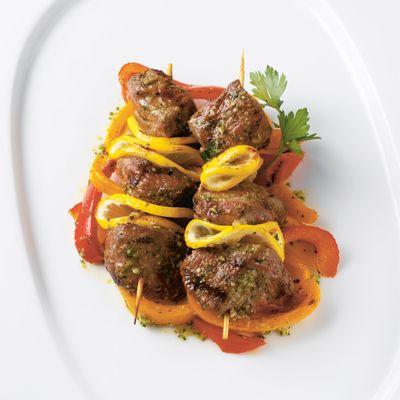Brochettes d'agneau, poivrons et citron (cuisson barbecue)