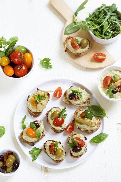 Crostinis à la crème de thon, olives et ricotta