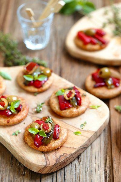 Mini pizzas ou pizzette à la farine complète, aux poivrons et aux olives