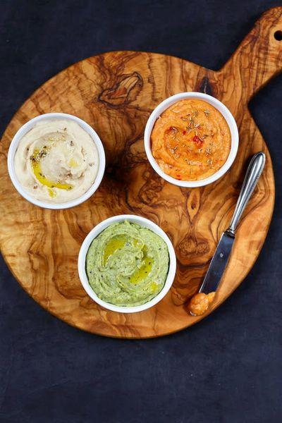 Houmous de haricots tarbais  : harissa, pesto de pistache et sésame