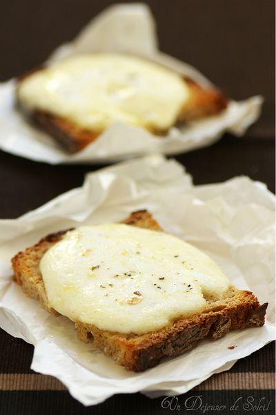 Crostini à la mozzarella et beurre d'anchois