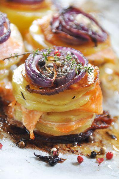 Mille-feuilles de pommes de terre au saumon fumé et oignons caramélisés