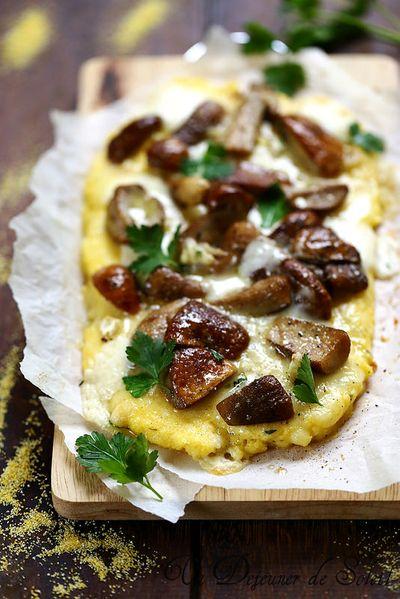 Pizza polenta aux champignons et au fromage