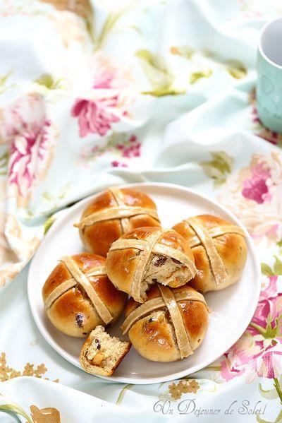 Hot cross buns, petits pains anglais aux raisins et aux épices typiques de Pâques