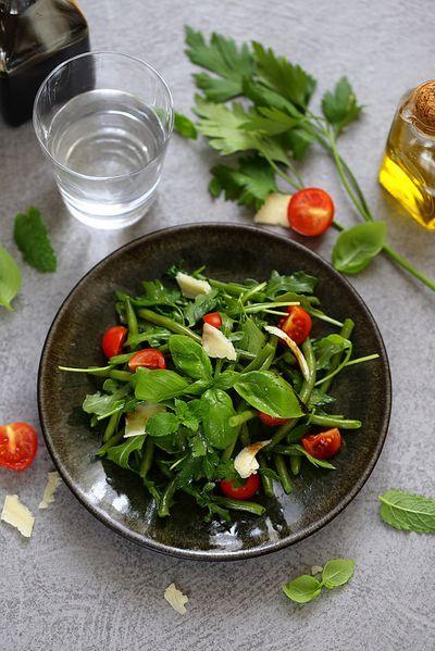 Salade de haricots verts, herbes, tomates et copeaux de parmesan