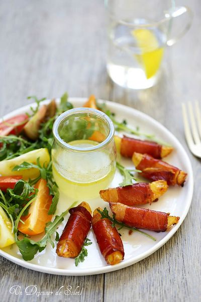 Salade de pommes de terre rôties enrobées de speck, salade de tomates anciennes et roquette et sauce au citron