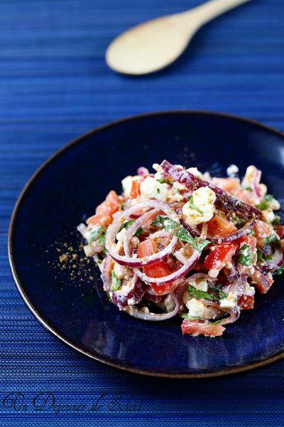 Salade aux oignons rouges, féta, coriandre et épices