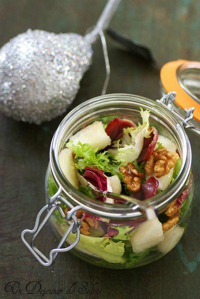 Salade mélangée, poire, magret fumé croustillants et noix