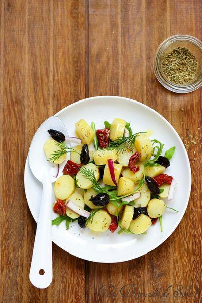 Salade de pommes de terre, tomates séchées, olives et oignon rouge