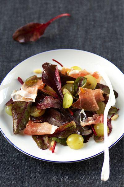 Salade de pousses de betterave, jambon de Parme et raisins