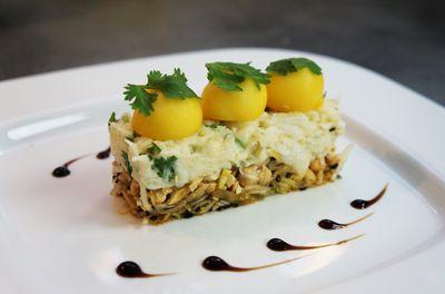 Crabe fondant citronné, à la coriandre, mangue et noix de cajou