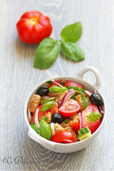 Salade panzanella (au pain, tomates, concombre et basilic)