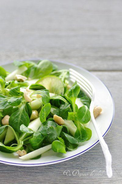 Salade de mâche, citron vert, pomme verte et noix de cajou