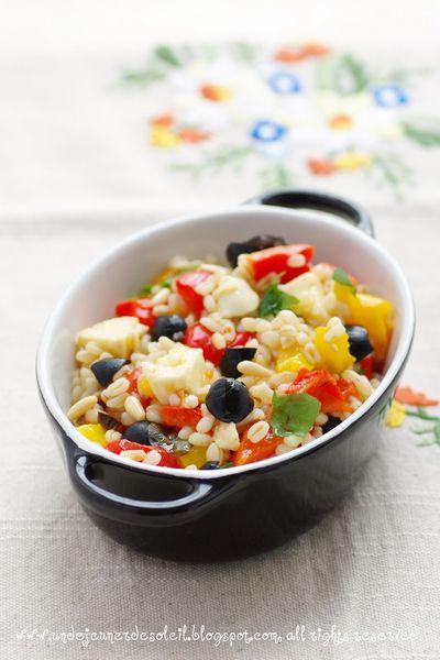 Salade de blé aux poivrons, mozzarella, olives et basilic marinés