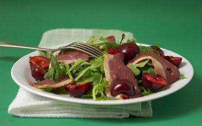 Salade de roquette, cerises et magret de canard fumé