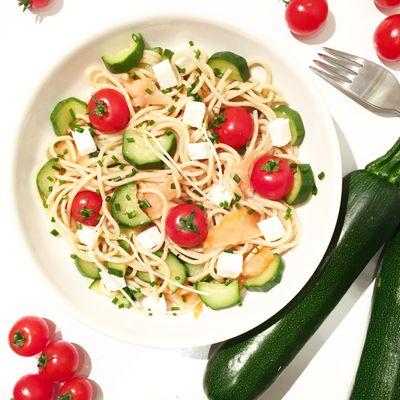 Salade de pâtes complètes aux saumon, courgettes et basilic