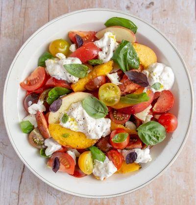 Salade de tomates aux nectarines, burrata crémeuse