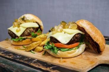 Burger de bœuf à la mozzarella, oignons nouveaux caramélisés et pommes grenailles