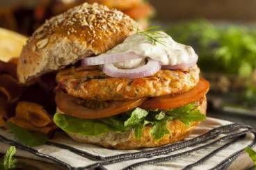 Burger de saumon au fromage frais, pommes de terre rattes confites