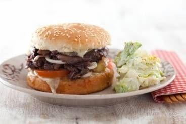 Burger du Sud-Ouest au confit de canard, fondue de brebis et mesclun