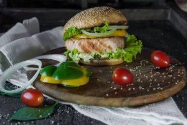 Burger de truite à la ciboulette, oignon rouge aigre-doux, véritable coleslaw