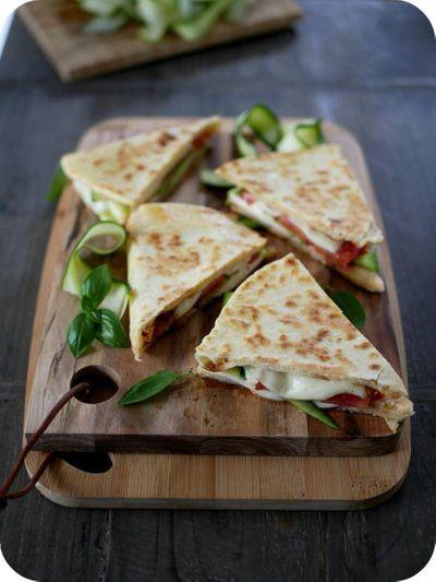 Piadina mozza, jambon et légumes d'été