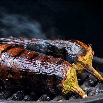 Aubergines grillées de Malaca au barbecue de Julie Andrieu