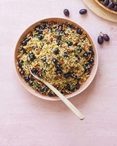Salade tiède de boulghour, raisin, amandes et aneth