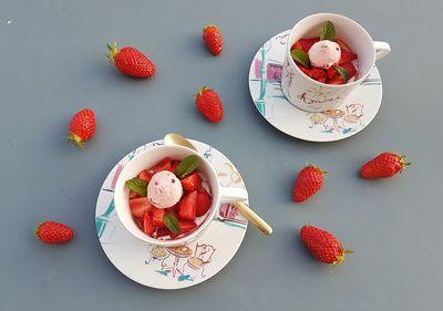 Petit dessert aux fraises et aux biscuits roses